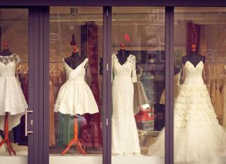 Manekiny, torsy i ekspozytory – wyposażenie, które warto mieć w sklepie